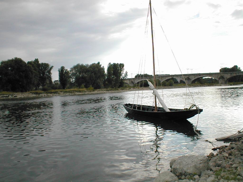Gabarre sur les bords de la Loire à Orléans (45) | DIRECTION REGIONALE DE L'ENVIRONNEMENT, DE L'AMENAGEMENT ET DU LOGEMENT CENTRE-VAL DE LOIRE